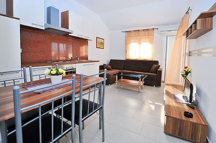 Lovely apartment near the center - Novalja - Apartment