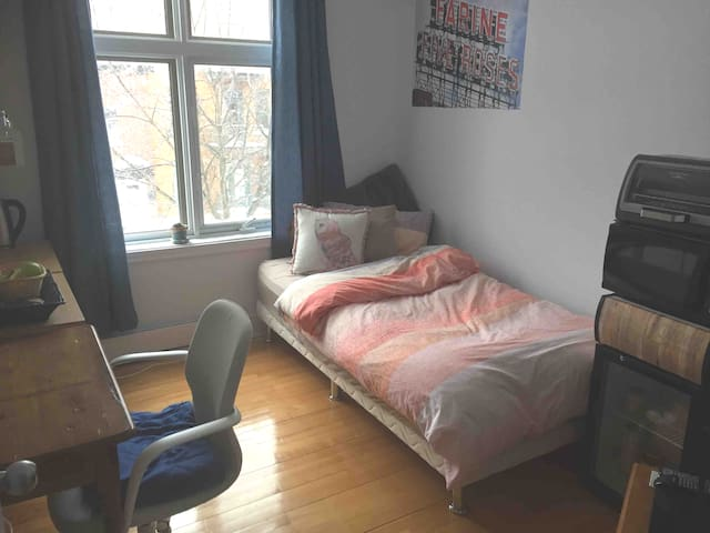 Cozy room on St-Hubert plaza with breakfast + gym