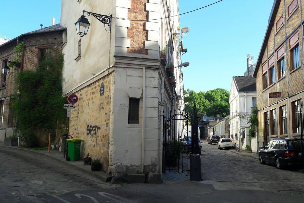 L'entrée de l'allée avec à droite l'accès au petit jardin et à la maison.