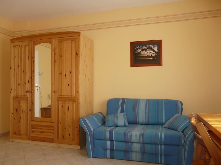 Schlafzimmer 1 - Schrank und Sofa (Bedroom 1 - closet and sofa)