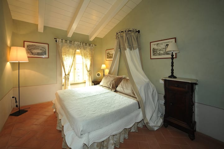 Camera Matrimoniale in Elegante Villa con Piscina