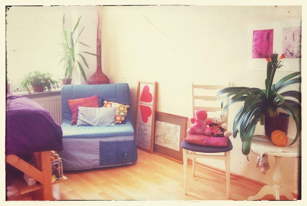 Gemütliche Sitzecke im Schlafzimmer. // Cozy sitting area in the bedroom.