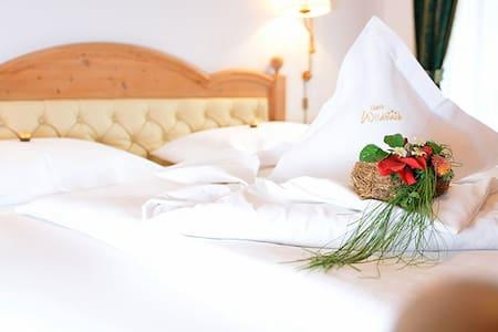 Confortevole ed elegante camera matrimoniale - Selva di Val Gardena