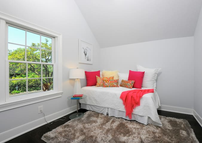 Close to town gem, fully stocked and welcoming! - Greenwich - House