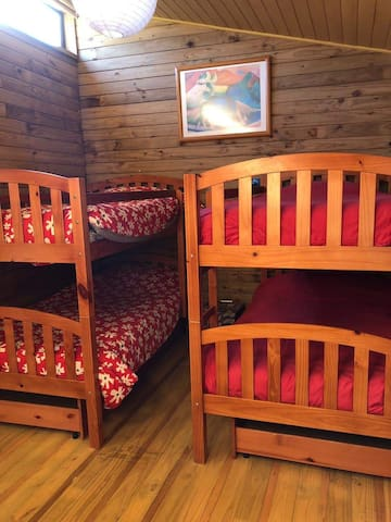 Dormitorio 3: cuatro camas de plaza y media