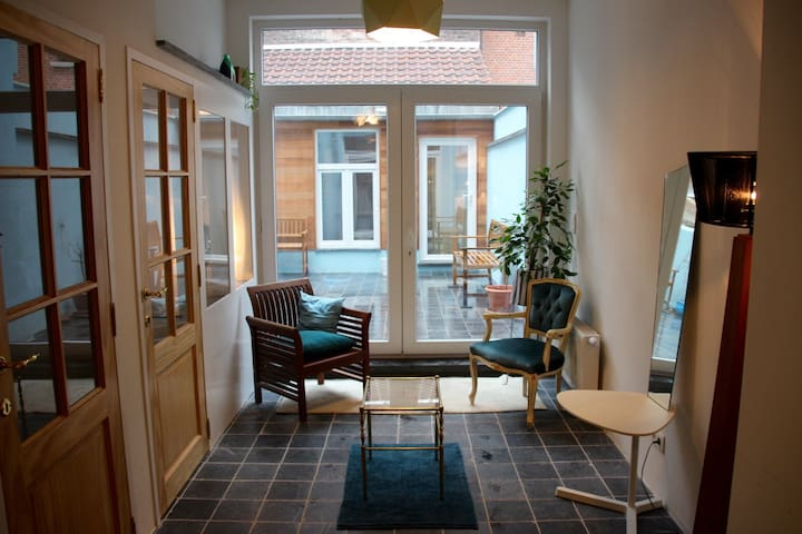 Atypical spacious doll house with a blue terrace - Schaerbeek - Condominium