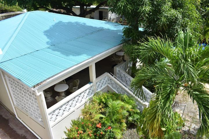 NEWLY Renovated - Inn at Tamarind Court, Cruz Bay (1 Twin w/ shared bath)