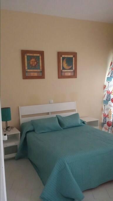 Ahí 1 cama de matrimonio y  1 cama de 90 cm supletoria