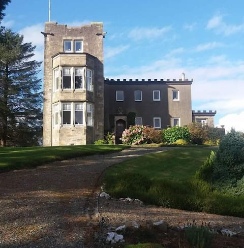 Traditional turreted manor house - sleeps 8