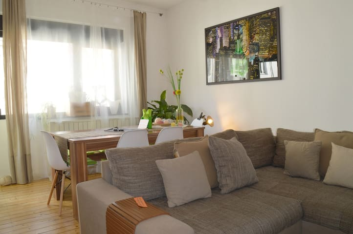 Charming Flat near Rhine, 10 min to Cologne Trade
