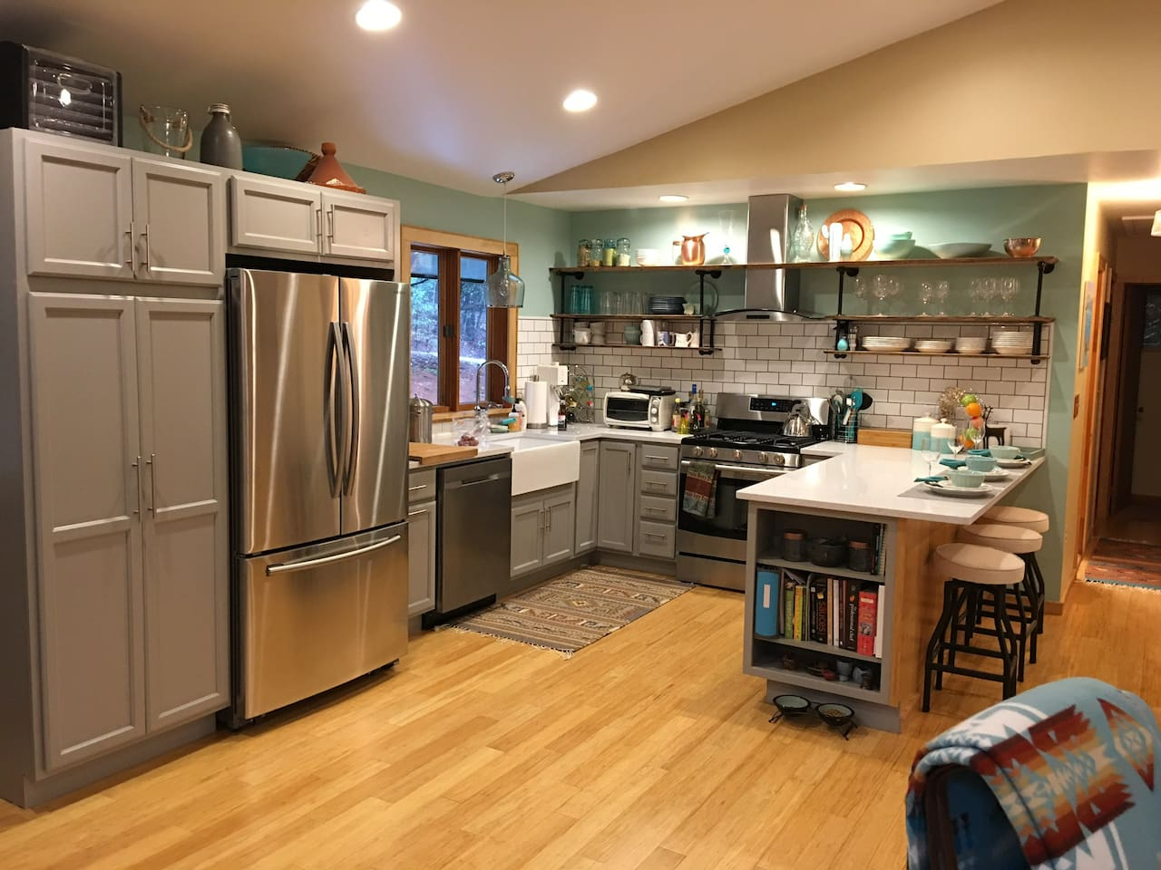 Breakfast bar and kitchen, lots of counter space!