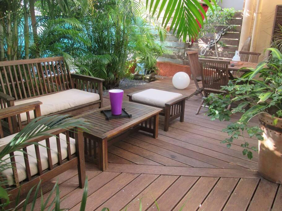 Coin salon pour profiter du climat des Antilles au milieu des palmiers.
