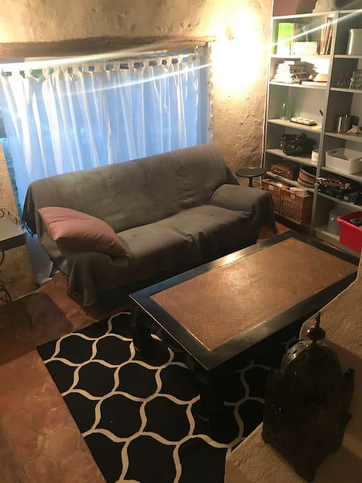 Le salon au rc avec son canapé