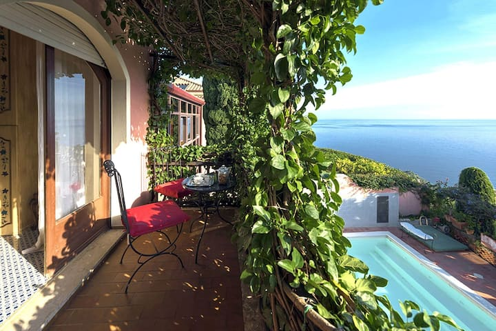 Villa with sea view and private pool very near to the center of Taormina