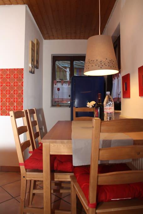 Im Erdgeschoss: Die gut ausgestattete Küche, u.a. mit Toaster, Senseo, Kühlschrank, Eisfach