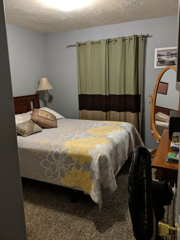 Queen bed, close to airport and freeway, quiet