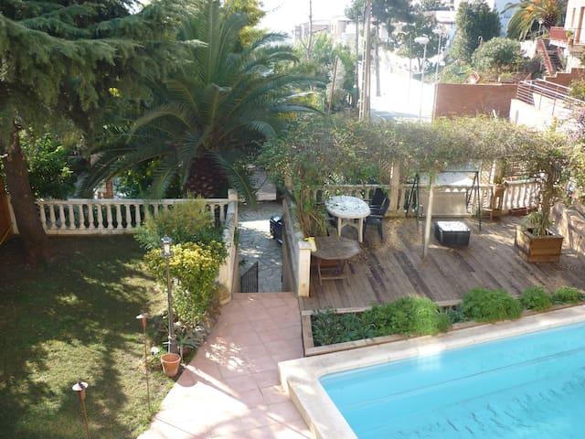 Bedroom in a shared house with pool - Esplugues de Llobregat - บ้าน