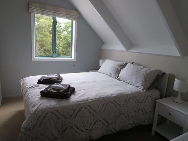 Queen bedroom 2 to annex