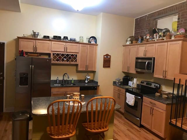 Downtown Condo on 4th Street-Free parking space