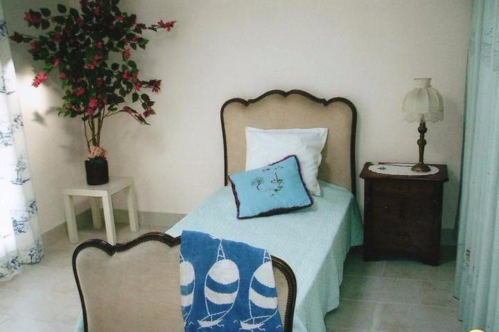 A l'étage du gîte : Une grande chambre avec 2 lits : ici le lit simple. L'accès à la terrasse privée se fait par une porte-fenètre juste ici à gauche...