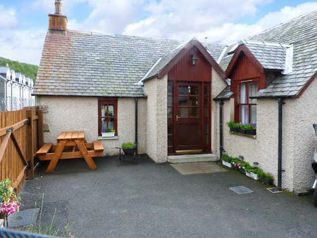 CASTLETON COTTAGE, with open fire in Braemar, Ref 8465