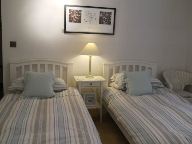 Twin Bedroom with Private bathroom - Northamptonshire - Apartemen