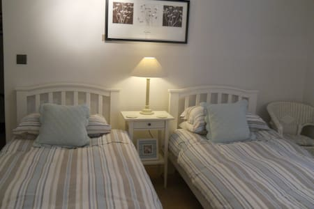 Twin Bedroom with Private bathroom - Northamptonshire - Daire