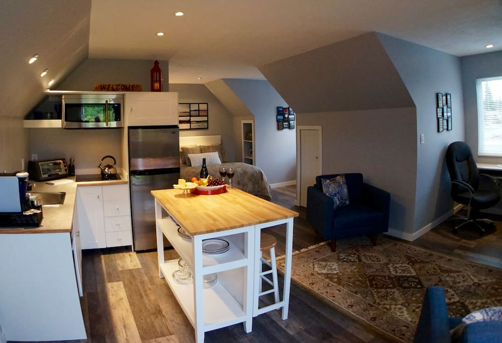 Modern self-contained suite.  Walking distance to the ocean, shopping and dining in the village of Willow Point (South Campbell River).