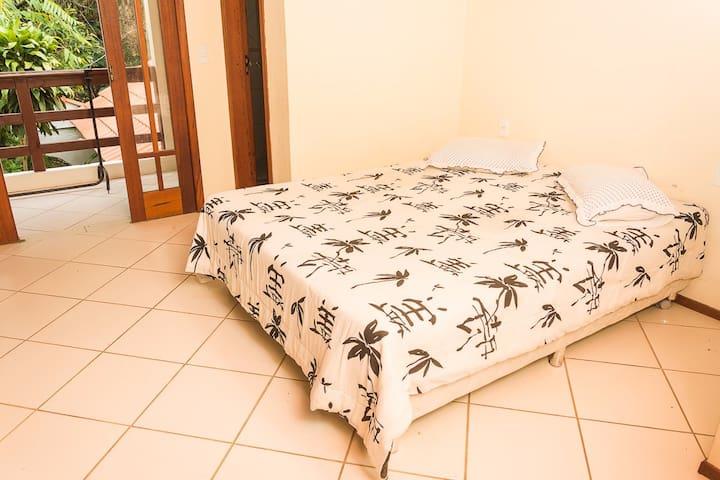 Suíte com sacada em casa de família no Cacupé