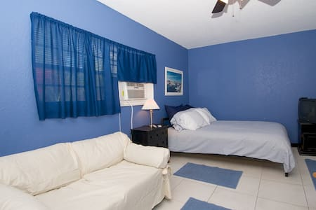 Studio with Kitchenette and bath - Wilton Manors