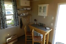 Microwave oven under the bar and picnic basket availabe for guest use if out wine tasting.