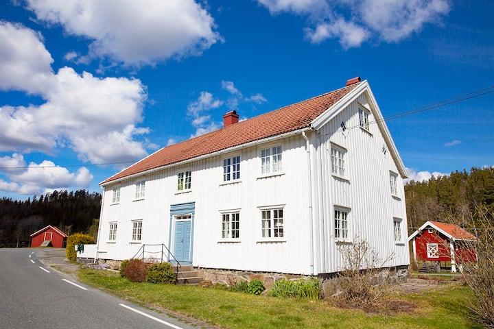 Eldre gårdshus i naturskjønne omgivelser