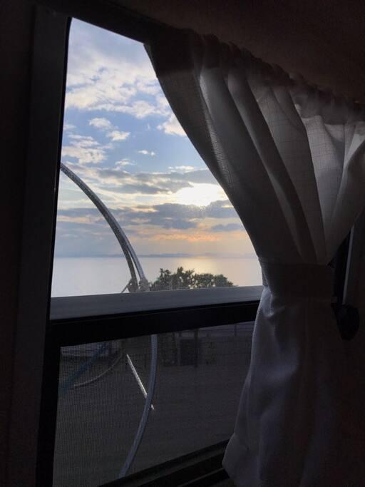 19피트 침실에서 창문 넘어 풍경