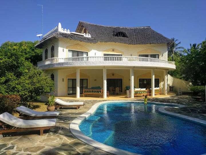 Jonjoloka House with swimming pool in Watamu
