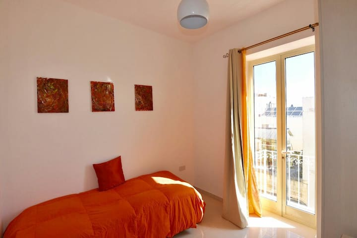 Nice bedroom with balcony close to Valletta