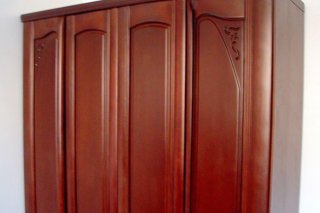 主卧的实木立柜