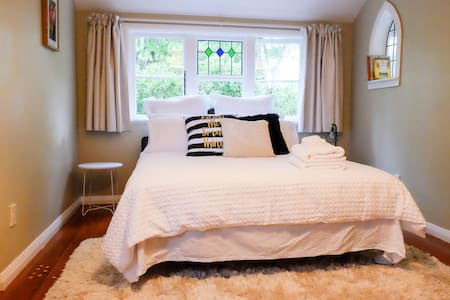 Villa Roo offers a warm and cozy double room. - Martinborough