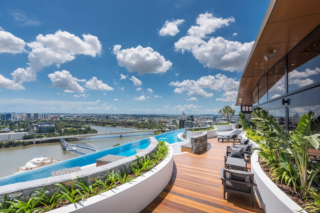 Infinity pool on top level