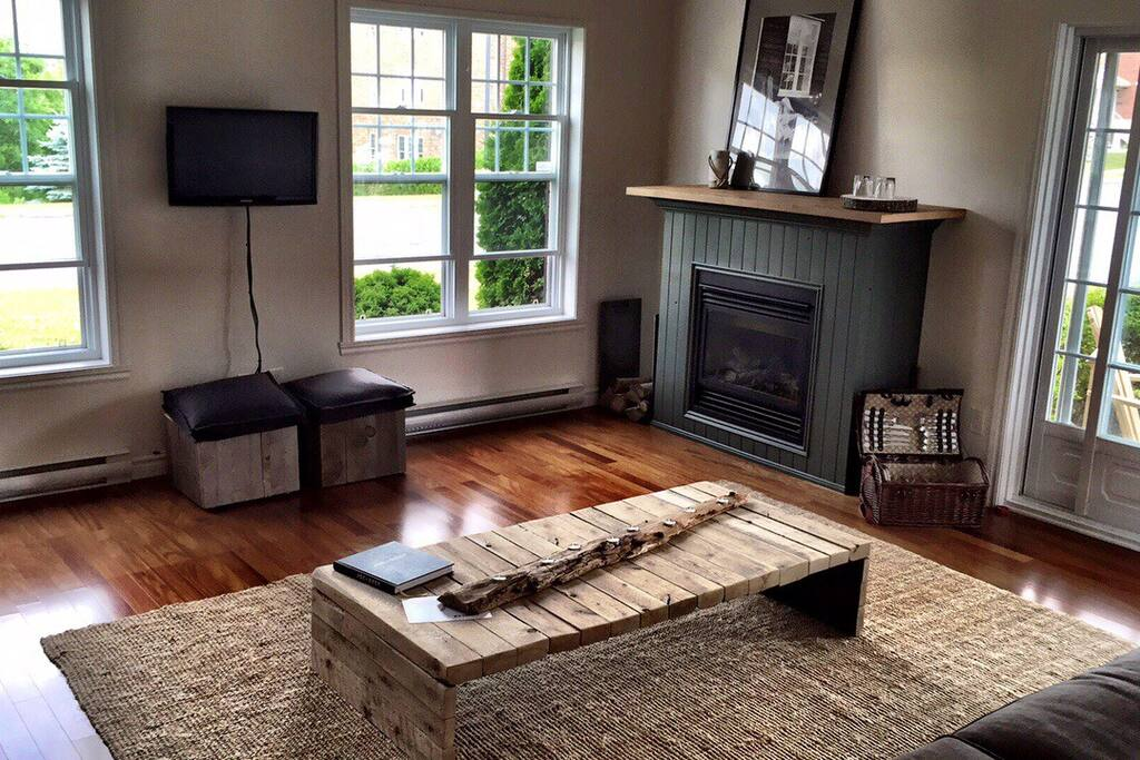 Propane fireplace and a conveniant picnic basket for your escapade!