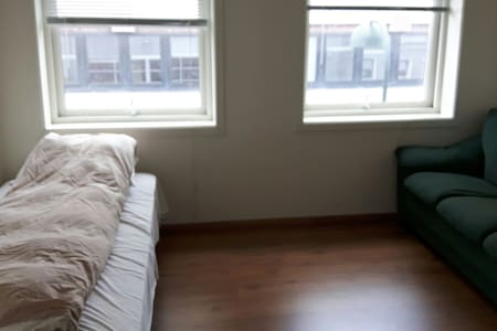 private room close to train station - Apartment