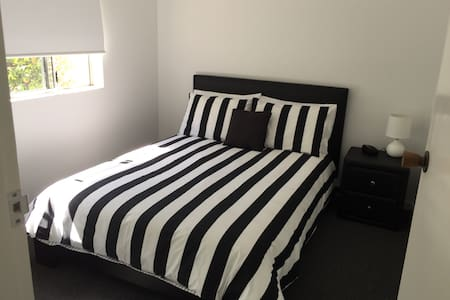 Central-wifi-4 bed- new-spacious-fully equip - Kirwan - 一軒家