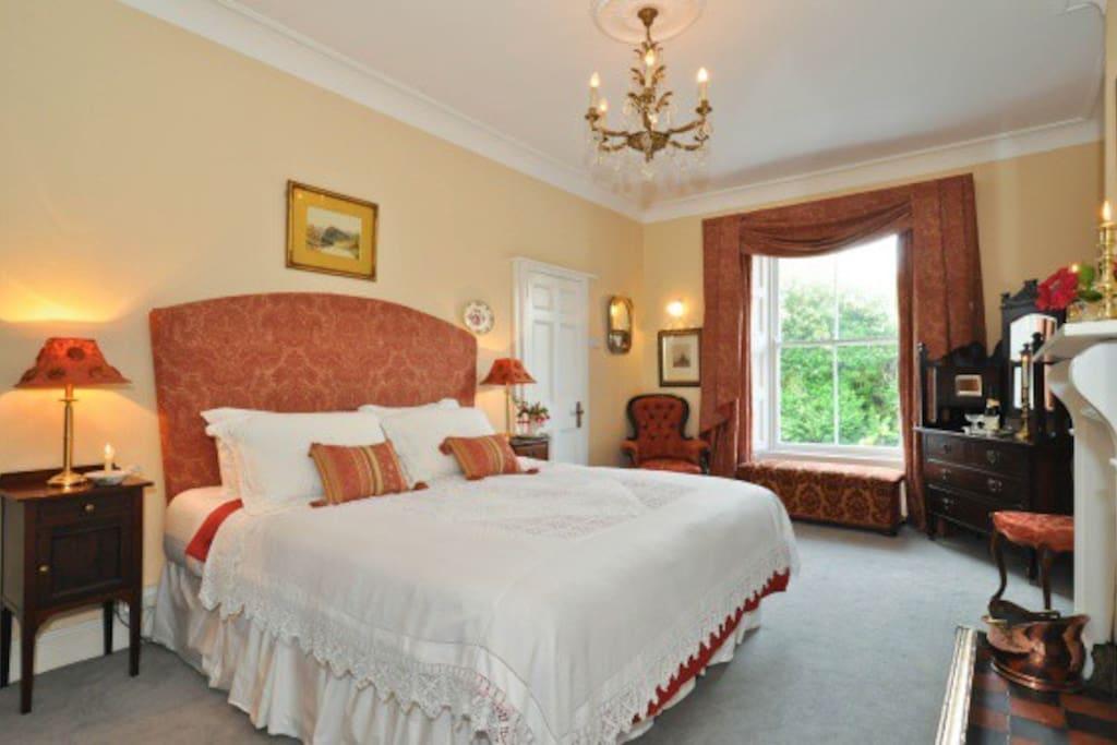Super king bedroom with en suite shower
