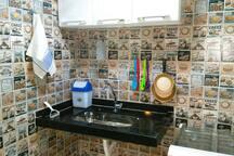 Pia e utensílios de cozinha.