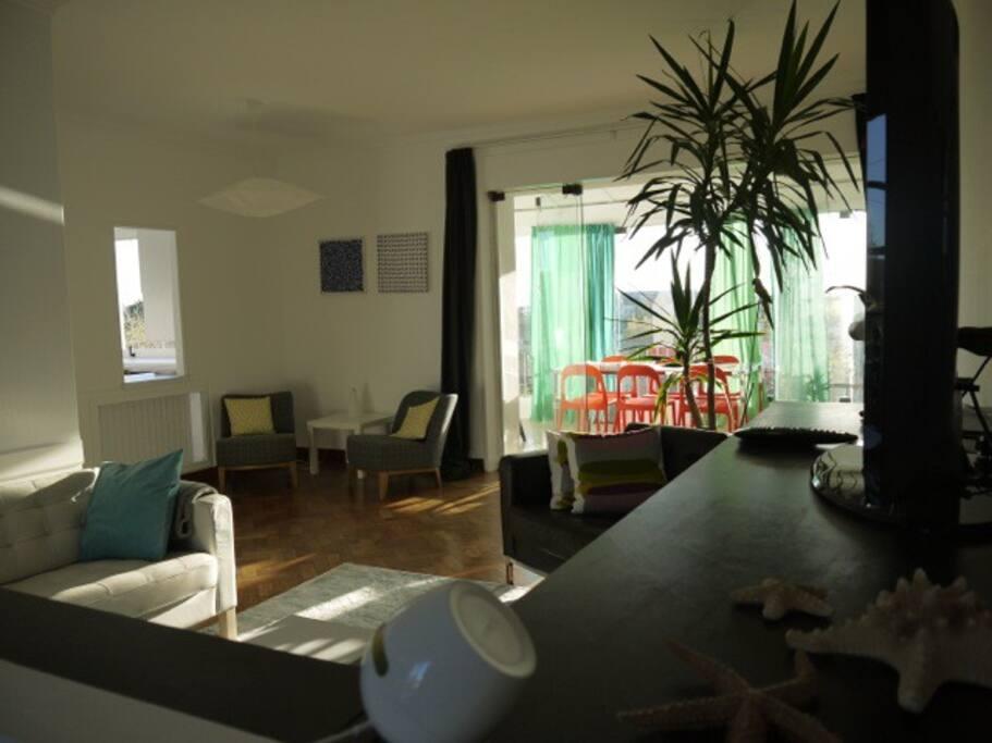 Le salon communique avec la véranda par une large baie vitrée