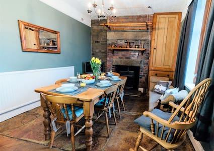 Wisteria Cottage, 5 *, 3 bed, Woodburner, Parking