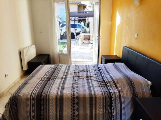 Chambre lit double donnant sur le jardin