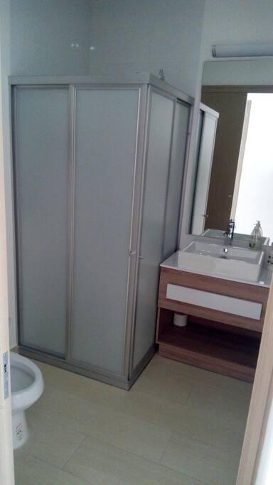 baño completo para uso exclusivamente del invitado