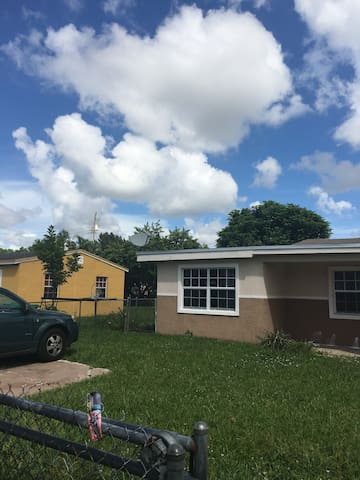 Nice house close to beaches and Aventura - Opa-locka - Σπίτι