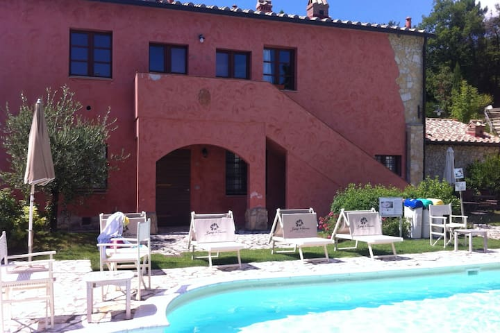 Cosy apartment with swimming pool and garden close to Volterra and S. Gimignano!