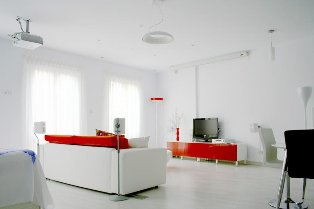 Zona del salón con pantalla recogida
